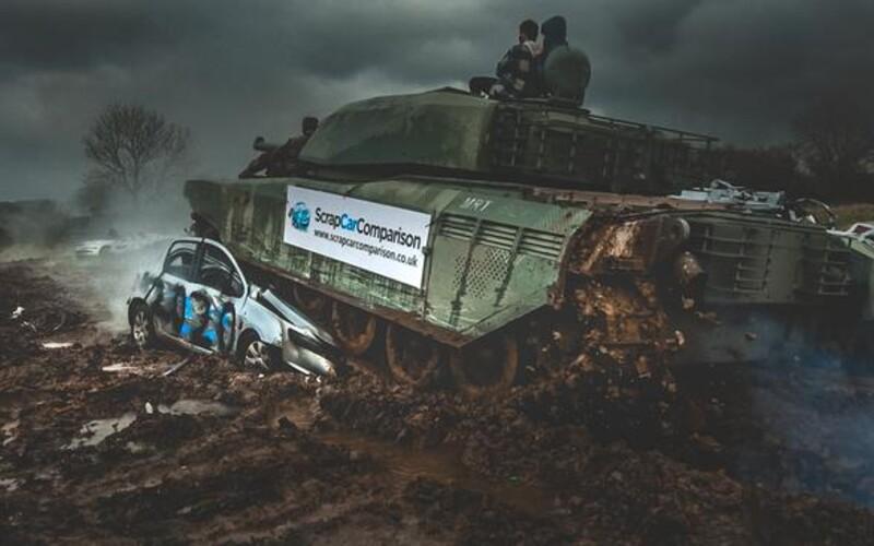 """Jazdi na tanku, odpáľ výbušniny, strieľaj zo zbrane. V Británii otvorili """"deštrukčnú terapiu"""", má ľuďom pomôcť vybiť si hnev z pandémie."""