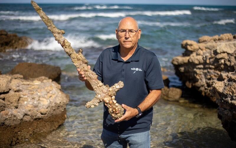 Potápěč našel pod vodou 900 let starý meč z dob křížových výprav.