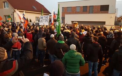 """Kotlebovci protestovali pred Matovičovým domom: """"Očkovať sa nedáme!"""" skandovali ľudia."""
