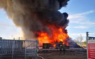 V Ostravě-Vítkovicích hoří vrakoviště. Na místě zasahuje 35 jednotek hasičů a dva vrtulníky.