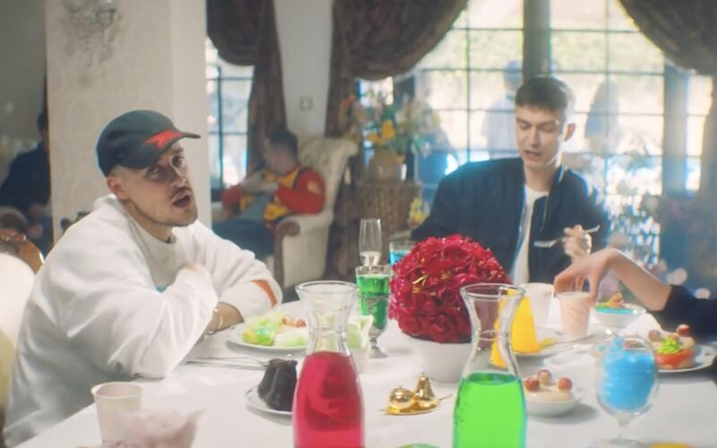 Separ vo videoklipe Nerieš rozhadzuje do nápojov dúhové cukríky a všetkým sa zrazu sfarbí svet. Gabryell a Matej Straka sú späť.