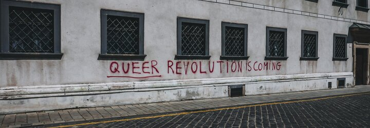 """""""Bůh je trans, homosexuální revoluce přichází!"""" Vandalové v Bratislavě posprejovali kostely hesly na podporu LGBT+"""