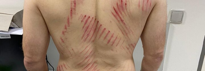 VIDEO: Agresor v Praze zbil muže před zraky jeho dětí. Policie hledá svědky napadení