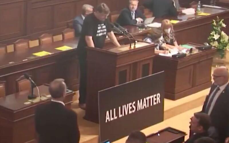 Ve Sněmovně to vřelo. Volný přinesl ceduli s nápisem All Lives Matter, Kalousek mu ji vyhodil.