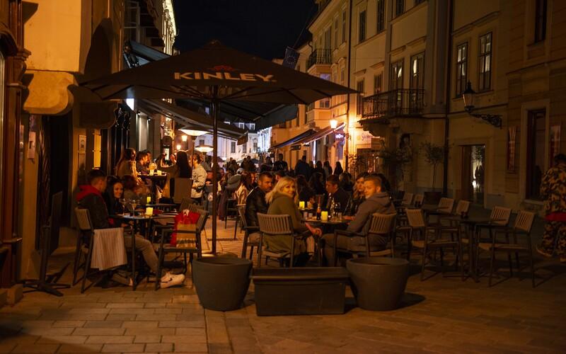 V Bratislave chcú obmedziť nočný život. Po desiatej večer majú byť terasy zatvorené, všetky kluby zatvoria naraz.