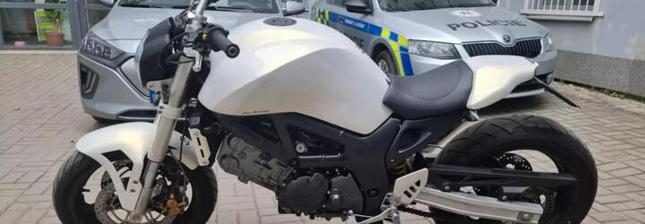Ženy nafingovaly loupež na benzince v Praze, jedna z nich si za ukradené peníze koupila motorku