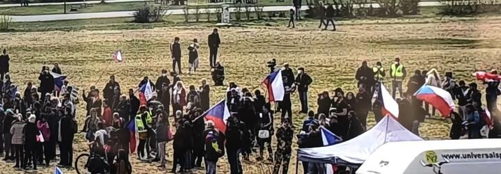 V Praze se demonstruje, řada lidí dorazila bez roušek. Hrozí jim několikatisícové pokuty