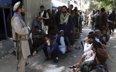 VIDEO: Taliban nechal popravené telá visieť zo žeriavov v centre mesta. Kvapkala z nich krv a ľudí varovali, že dopadnú rovnako.