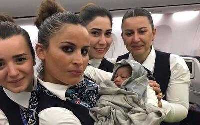 Bábätko prišlo na svet priamo v lietadle. Od spoločnosti dostalo letenky zadarmo na celý život