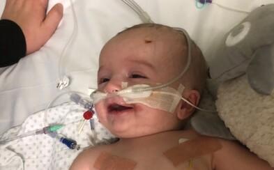 Miminko se probralo z kómatu a usmálo se na otce. Rodina nyní dělá vše proto, aby mu zachránili život