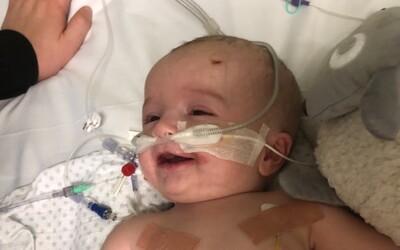 Bábätko sa prebralo z kómy a usmialo sa na otca. Rodina teraz robí všetko preto, aby zachránili jeho život