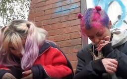 Dívky na streamu na Twitchi hulily trávu a užívaly ketamin. Dostaly ban a obratem si založily nový účet