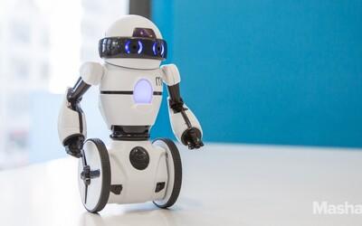 Balansujúci robot: zabaví deti a oteckom prinesie pivo