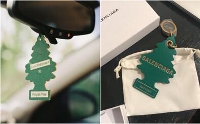 Balenciaga čelí obvineniu z porušenia autorských práv kvôli prívesku napodobňujúcemu osviežovač vzduchu