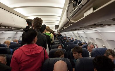 """Banda pozitívnych """"Covidiotov"""" prinútila 200 cestujúcich z lietadla podstúpiť 14-dňovú karanténu. Nerešpektovali žiadne pravidlá"""