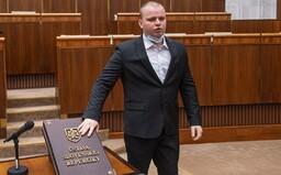 Banka reaguje na svou pracovnici, která vyhodila slovenského poslance, protože si nechtěl dát roušku