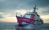 Banksy financuje loď, která zachraňuje uprchlíky ze severní Afriky. Pojmenoval ji po francouzské anarchistce