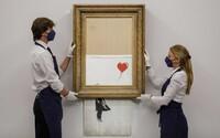 Banksy láme rekordy. Jeho dielo, ktoré sa na predošlej aukcii samo skartovalo, predali za neuveriteľných 21 miliónov