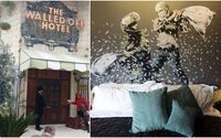 Banksy otevřel v Betlémě hotel s nejhorším výhledem na světě. Jeho stěny jsou plné okouzlujících uměleckých děl