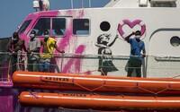 Banksyho záchranná loď volá o pomoc. Uviazla v Stredozemnom mori a na palube s utečencami je jeden mŕtvy