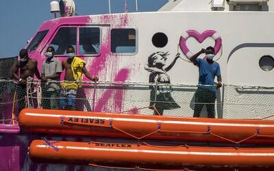 Banksyho záchranná loď volá o pomoc. Uvízla ve Středozemním moři a na palubě s uprchlíky je jeden mrtvý