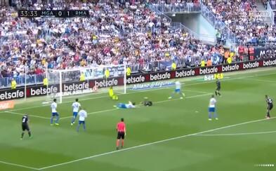 Barceloně pískají vymyšlené penalty, ale Ronaldovi chce na gól přihrát soupeř. Obránce Malagy se možná těšil na tučné prémie za titul Realu