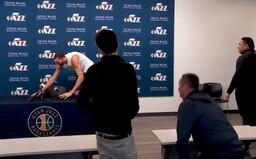 Basketbalista před zápasem NBA vtipkoval a sahal na všechny mikrofony. Zjistilo se, že má koronavirus