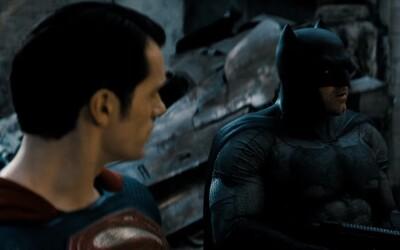 Batman a Superman si uvedomujú, že ich stret je nevyhnutný. Trailer odhalil aj Wonder Woman v civile