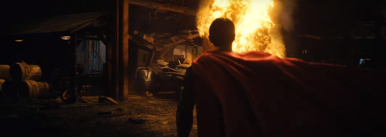 Batman na Supermanovom tele testuje, aký odolný je jeho Batmobil
