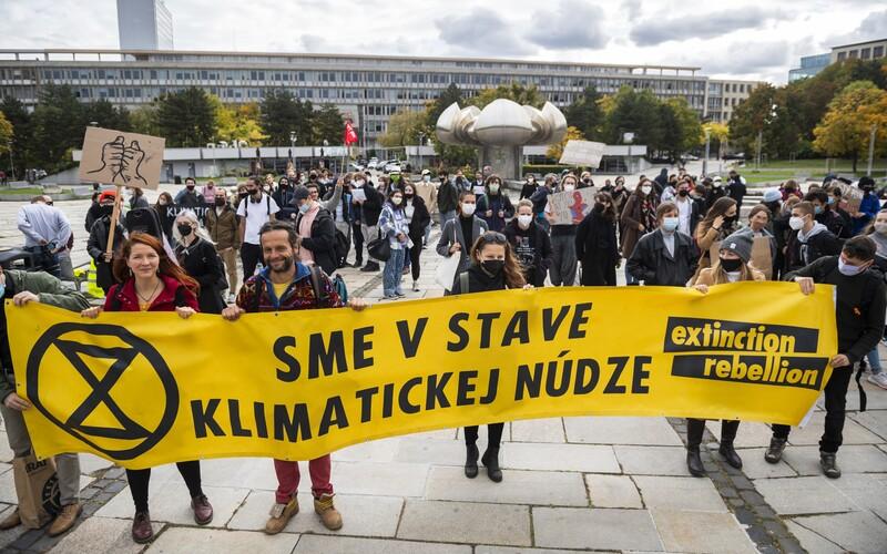 Sme v stave klimatickej núdze vravia štrajkujúci študenti a aktivisti v šiestich slovenských mestách.