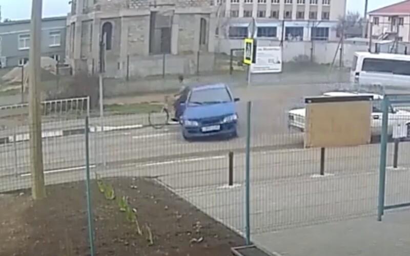 VIDEO: 12letý chlapec, kterého otec učil řídit, srazil důchodce na kole.