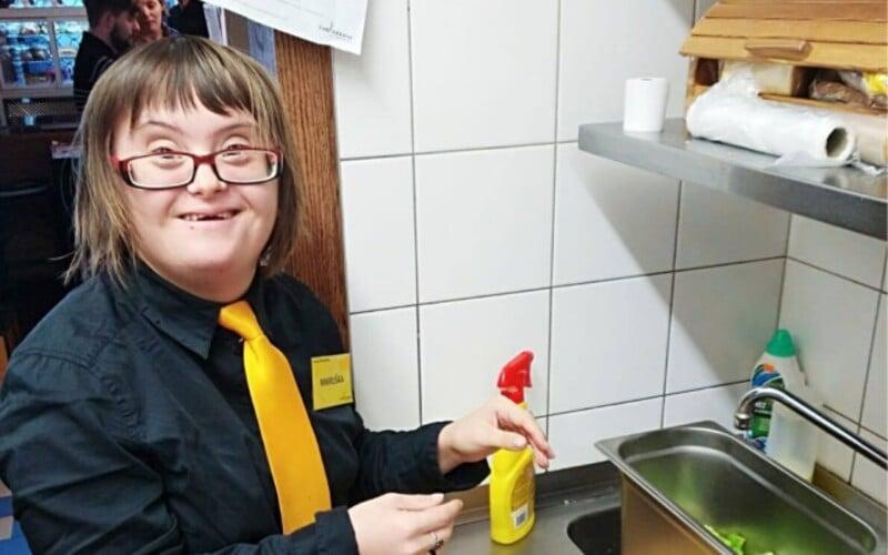 Kavárnu v Praze, kde zaměstnávají lidi s handicapem, někdo kompletně vykradl. Založila proto sbírku a pomoci jí může každý.