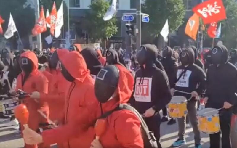 V Jižní Koreji protestovaly tisíce lidí v kostýmech ze seriálu Squid Game. Chtějí lepší pracovní podmínky a zvýšení minimální mzdy.