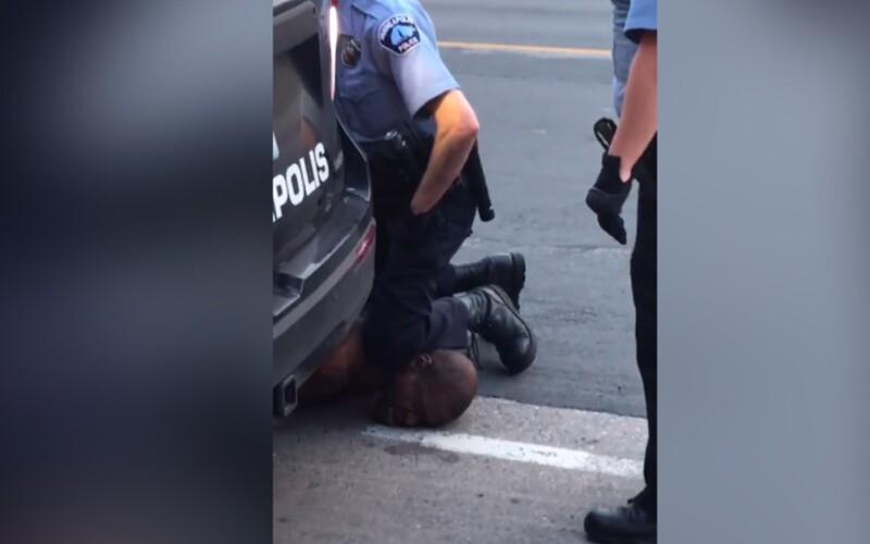 Policista, který klečel Afroameričanovi na krku, musí dočasně opustit službu. Nadále bude ale pobírat plat.