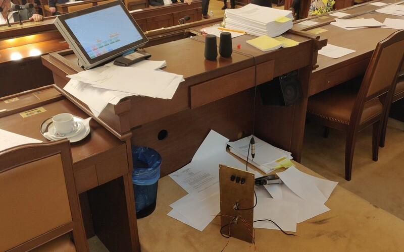 Volný ve Sněmovně zničil pult předsedajícího. Rozčílilo ho odvolání Lipovské z Rady České televize.