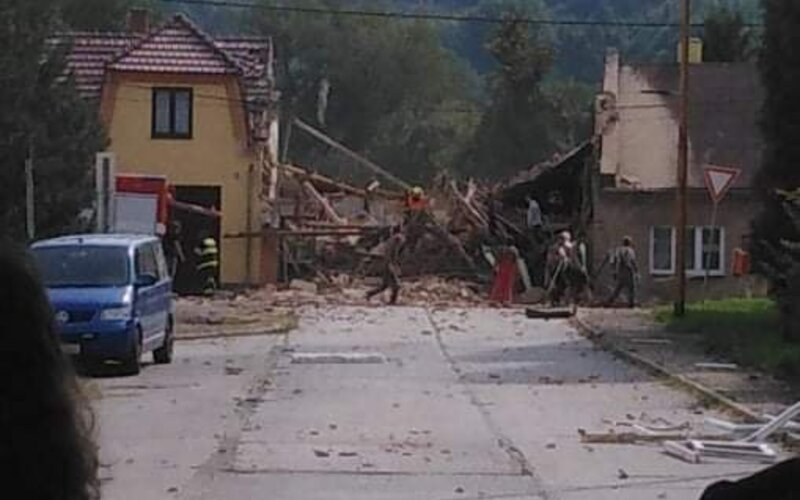 VIDEO: Palubní kamera zachytila výbuch v Koryčanech. Z domu vyšlehly plameny, pak se začal valit hustý dým.