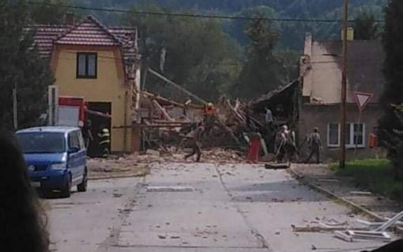 Výbuch domu v Koryčanech: Na místě jsou zranění hasiči. Zasahuje několik sanitek včetně vrtulníku