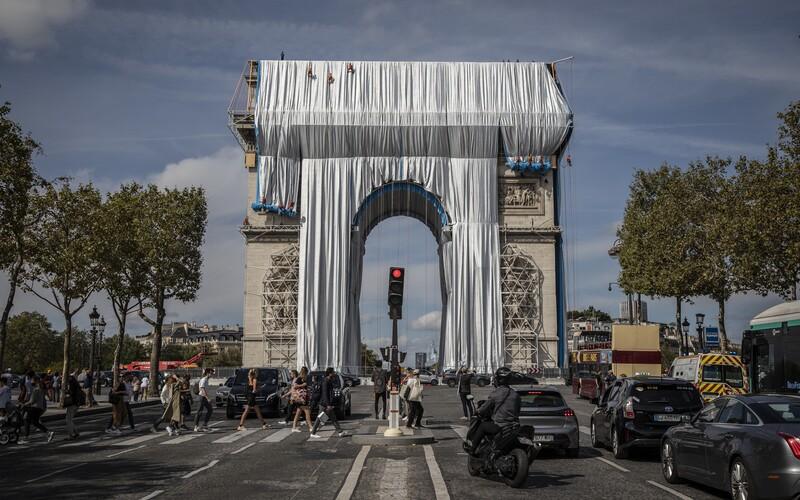 Vítězný oblouk v Paříži zahalila lesklá látka. Umělecké dílo za 350 milionů korun je poctou zesnulému Christovi.