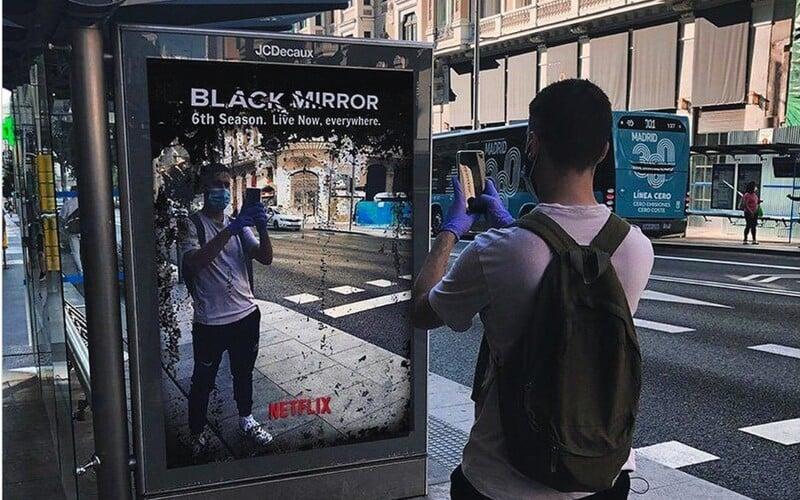 Svět prý dnes vypadá jako 6. série Black Mirror. Ve Španělsku mají i oficiální kampaň.