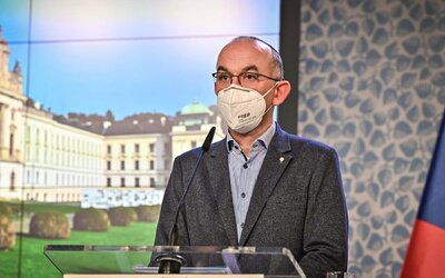 Koronavirus v Česku stále brzdí, reprodukční číslo ale stouplo. Kapacity v nemocnicích se jemně uvolňují.