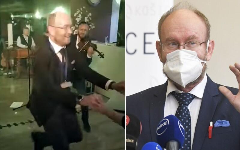 VIDEO: Infektológ Jarčuška porušil pandemické opatrenia. V červenom okrese nemal vnútri nasadený respirátor.