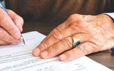 Šmejdi se neštítí ničeho. Nabízí seniorům roušky za podpis, ve skutečnosti je to změna dodavatele energií.