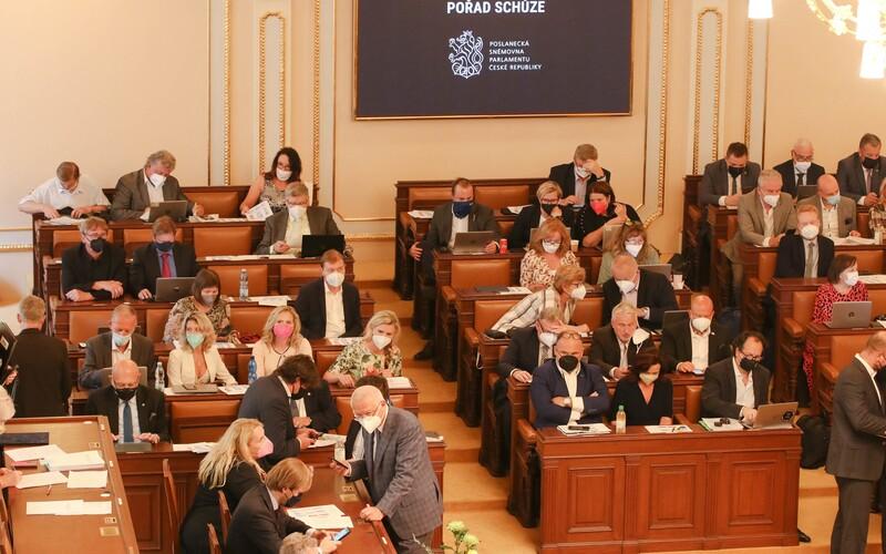 V české politice chybí mladí a ženy. V porovnání s ostatními státy je zastoupení žen a mladých ve Sněmovně podprůměrné.