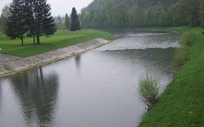Bečva je znovu znečištěná. K řece přijeli hasiči i policisté