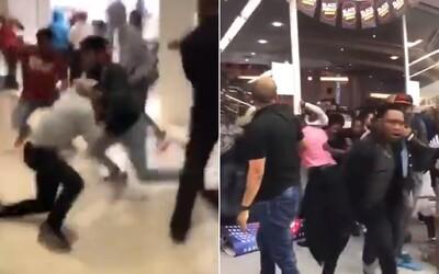 Během Black Friday se lidé opět zbláznili. Rvačka jako v MMA, tlačenice či hádky o televizor