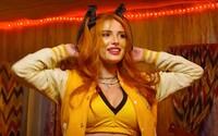 Bella Thorne je členkou vražedného kultu. Netflix streamuje nechutně krvavou hororovou komedii