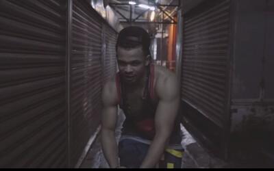Ben Cristovao kritizuje pokrytecké komerční kolegy v novém videoklipu na skladbu ASIO. Všichni jsou dnes na stejné lodi