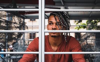 Ben Cristovao se na ulici zavřel do klece. Přidal se k dalším osobnostem, které chtějí ukončit klecový chov slepic