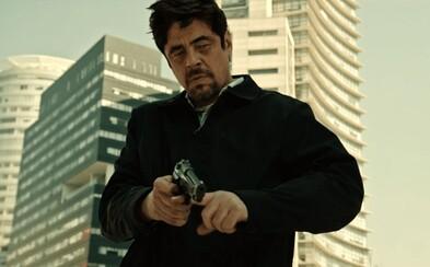 Benicio Del Toro sa nebojí ušpiniť sa celý od krvi. Vo výbornom traileri pre Sicario 2 znova vraždí ako krutý nájomný zabijak