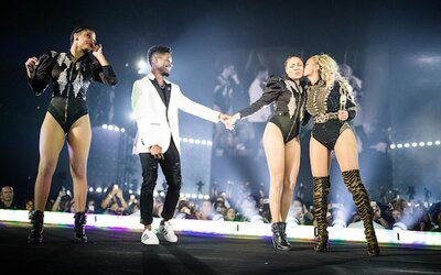 Beyoncé prerušila koncert, aby mohol jej choreograf požiadať jednu z tanečníc o ruku. Tá povedala áno